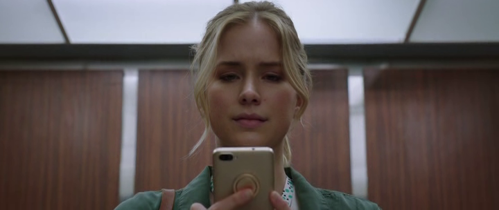 Countdown Quinn regarde son portable dans l'ascenseur