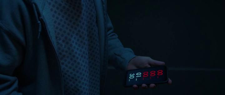 Countdown un patient d'hopital regarde son portable montrant le décompte du temps qu'il lui reste à vivre