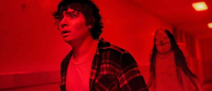 Scary stories Chuck suivi dans le couloir par un monstre