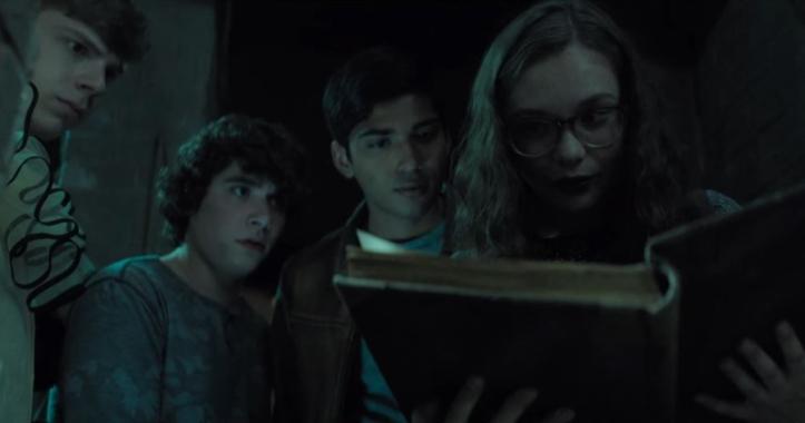Scary stories stella entourée de ses amis lit un livre
