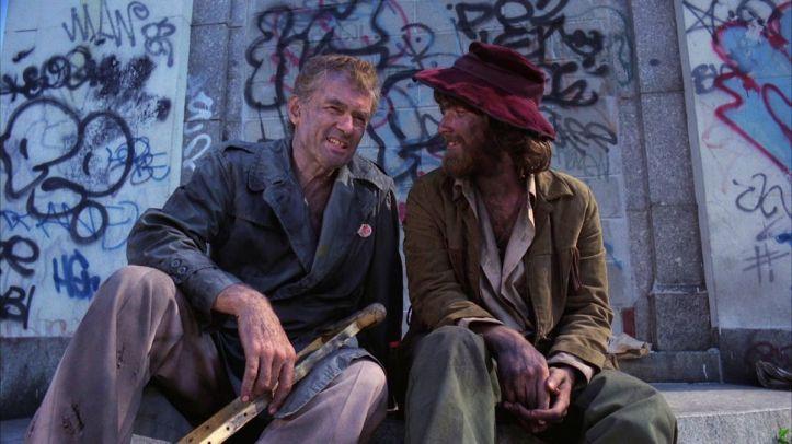 Street trash deux clochards assis sur des marches dans une rue de Brooklyn