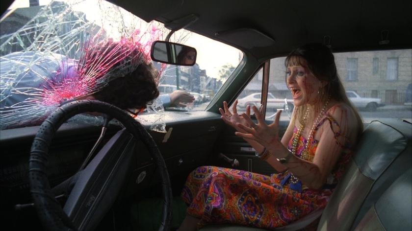 Street trash une femme hurlant en voyant son mari jeté sur le pare brise de sa voiture