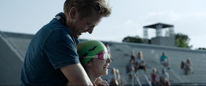 Crawl 2019 un pere prend sa fille dans les bras pendant sa compétition de natation