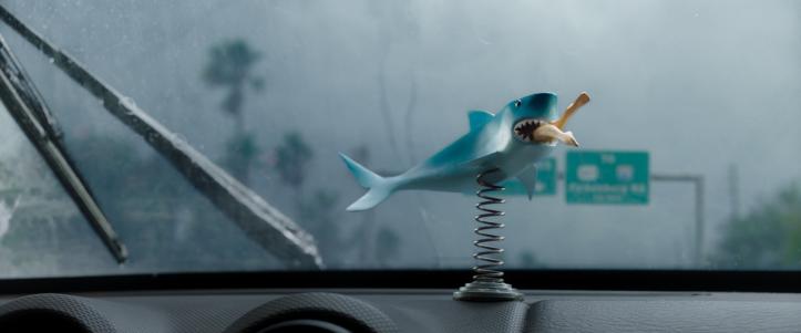 Crawl 2019 Une figurine d'un requin dévorant une femme et posé sur le tableau de bord d'une voiture