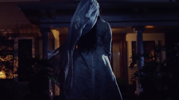 La malédiction de la dame blanche la llorona devant une maison la nuit