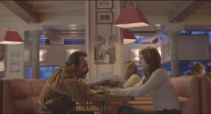 Le Daim George discute dans un restaurant avec Denise la barmaid