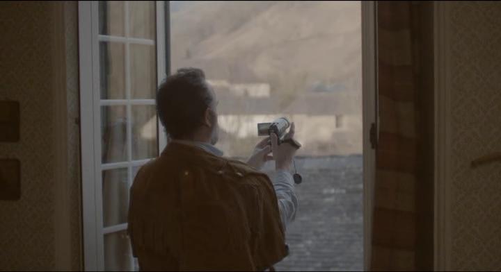 Le Daim George filme dehors de sa fenêtre de chambre