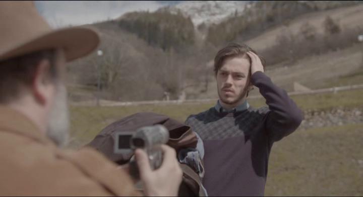 Le Daim George filme un jeune homme tenant un blouson