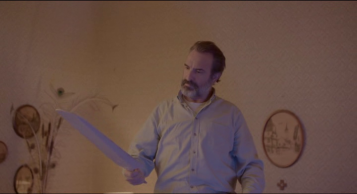 Le Daim George regardant un morceau d'un ventilateur