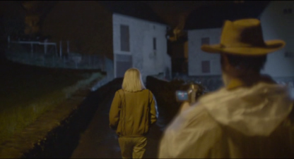 Le Daim George suit en filmant une jeune femme blonde pendant la nuit