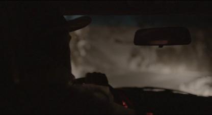 Le Daim vue de dos de George conduisant de nuit