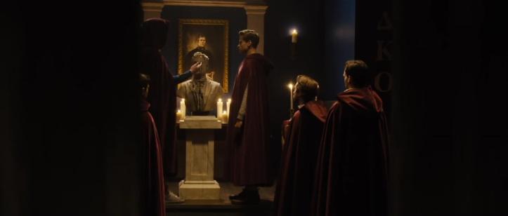 black-christmas-2019-jeunes-hommes-en-tenue-de-secte-se tiennent-devant-une-statue-saignant-un-liquide-noir-aux-yeux