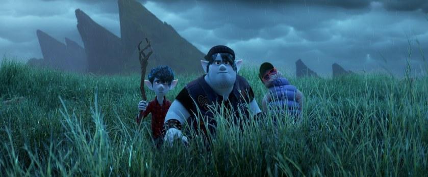 En avant Disney Pixar Ian son frère et leur père traversant des hautes herbes près d'une montagne