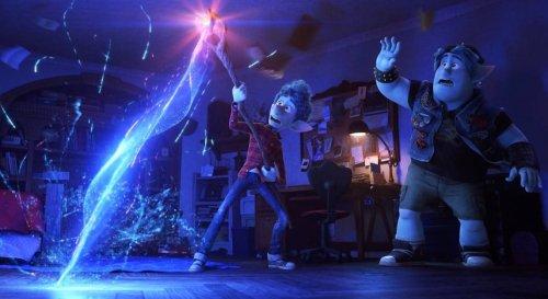 En avant Ian tenant un baton magique reconstituant le corps de son père sous les yeux de son frère Barley