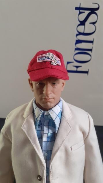 Forrest-Gump-dj-custom-homme-portant-une-casquette-rouge