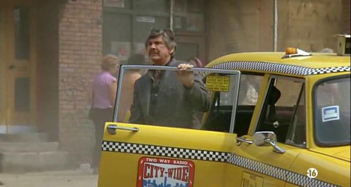 Le-justicier-de-new-york-homme-moustachu-sortant-d'un-taxi