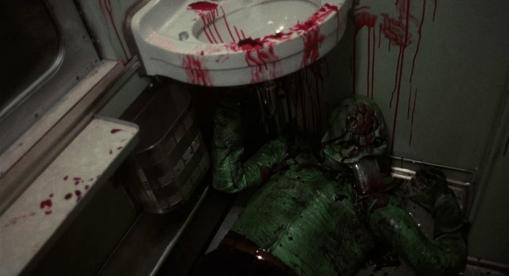 Le-monstre-du-train-jeune-homme-en-costume-de-lézard-mort-dans-des-toilettes