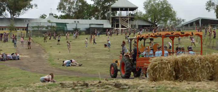 Little-Monsters-2019-tracteur-avec-des-enfants-traversant-une-ferme-infestée-de-zombies
