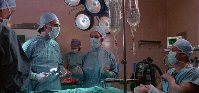 rabid-1977-une-femme-est-opérée