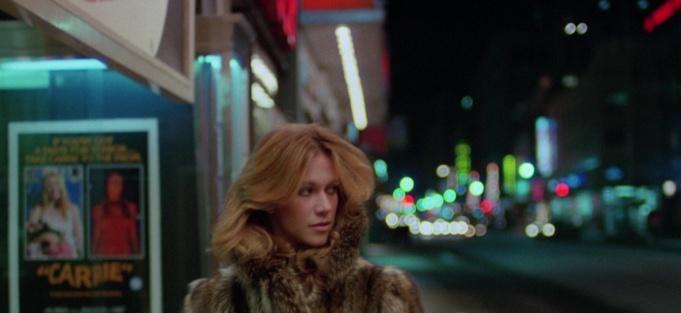 rabid-1977-une-femme-portant-un-manteau-de-fourrure-marche-dans-la rue-la-nuit