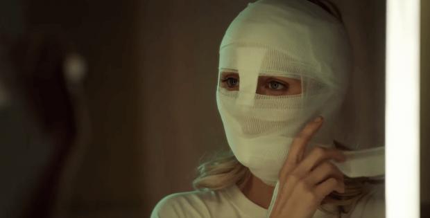 Rabid-2020-jeune-femme- visage-bandé-se- regarde-dans-un miroir