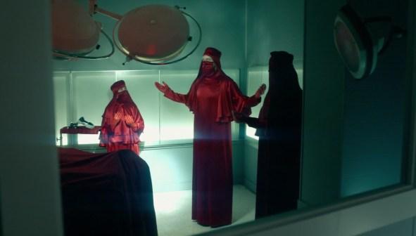 Rabid-2020-un- chirurgien-et-ses-assistants- vêtu-d'une- combinaison- rouge