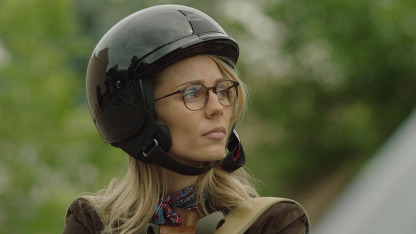 Rabid-2020-une- jeune-femme- blonde-portant- un-casque-de- moto-et-des- lunettes