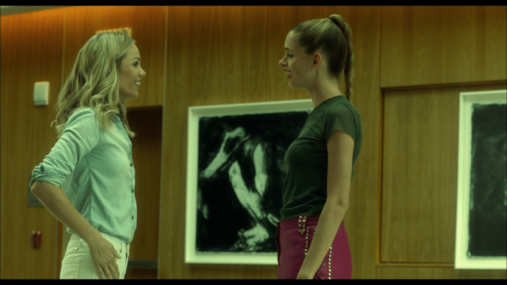 Rabid-2020-une- jeune-femme-blonde-rigole-aux-cotés-d'une-autre- jeune-femme
