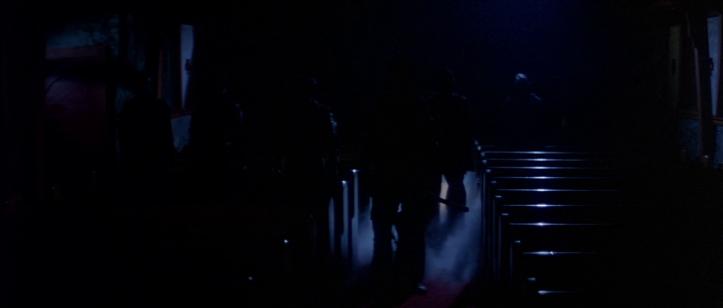 The-Fog-john-carpenter-des-silhouettes-d'hommes-apparaissant-dans-un-brouillard-dans-une-église