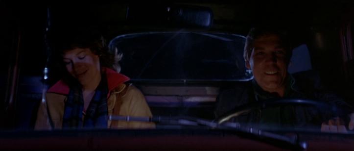 The-Fog-john-carpenter-un-homme-et-une-femme-sont-dans-une-voiture