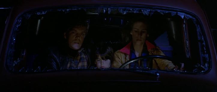 The-Fog-john-carpenter-une-femme- accompagnée d'un-homme-et-d'une-enfant-conduit-une-voiture