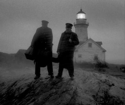 the lighthouse film deux hommes attendent devant un phare