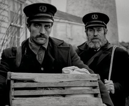 the lighthouse film photographie noir et blanc d'un jeune et d'un vieux gardien de phare