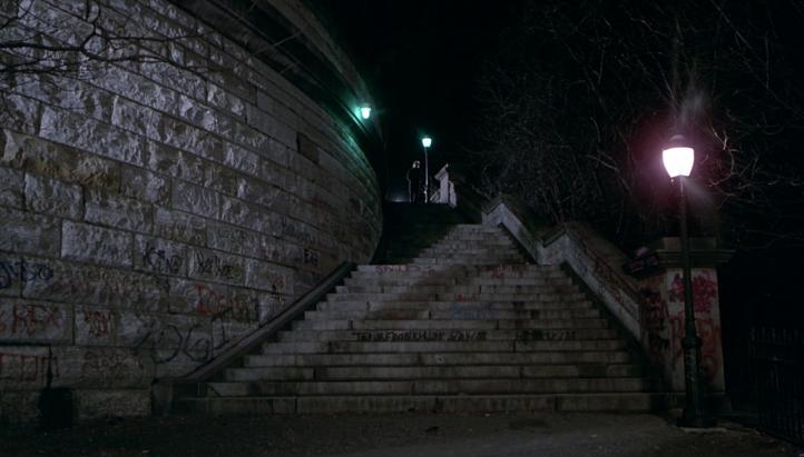 Un-justicier-dans-la-ville-homme-moustachu-descendant-des-escaliers-la-nuit