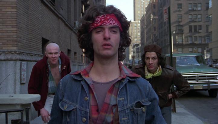 Un-justicier-dans-la-ville-trois-jeunes-voyous-fixent-quelqu'un