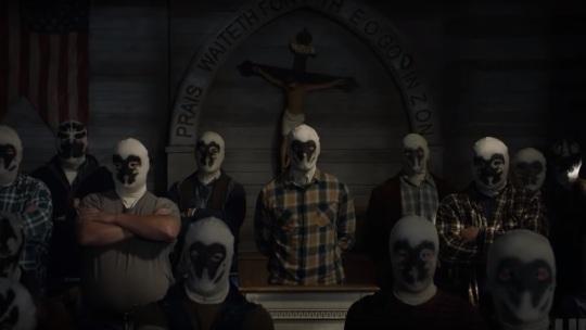 Watchmen-la-série-groupe-d'hommes-portant-un-masque-de-rorschach-dans-une-église