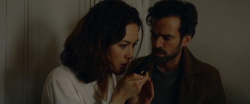Dans-la-brume-un-homme-et-une-femme-parlent-dans-un-talkie-walkie