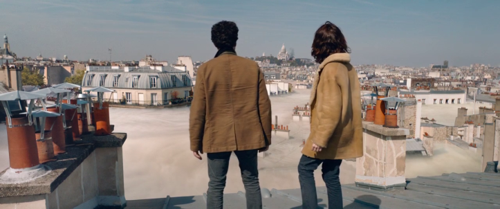 Dans-la-brume-un-homme-et-une-femme-regardent-la-brume-montée-jusqu'en-haut-des-immeubles-parisien
