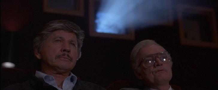 death-wish-4-le-justicier-braque-les-dealers-deux-hommes-cote-à-cote-dans-une-salle-de-cinéma
