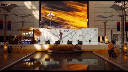 #JeSuisLà-homme-chantant-seul-sur-une-scène-dans-un-aéroport