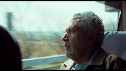 #JeSuisLà-homme-regardant-par-la-fenêtre-d'un-car