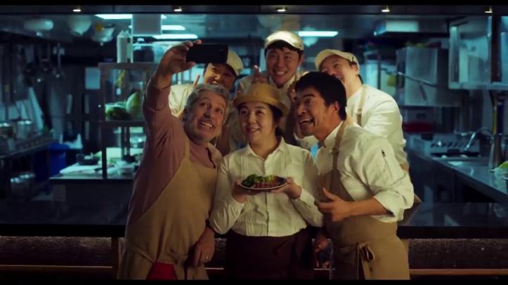 #JeSuisLà-un-cuisinier-se-prend-en-photo-avec-des-coréens-cuisinier-et-une-serveuse