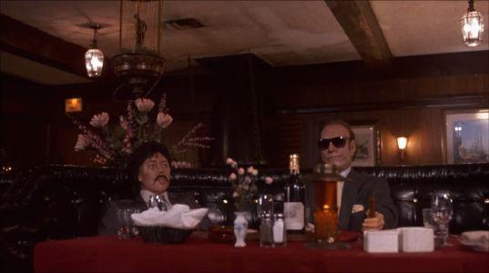 Le-justicier- braque-les-dealers-mannequin-de-danny-trejo-et-son-partenaire-à-table-dans-un- restaurant
