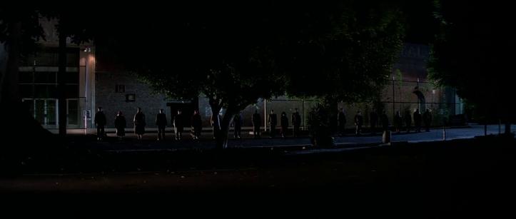 Le-prince-des-ténèbres-des-sdf-se-tiennent-en-ligne-dans-une-rue-la-nuit