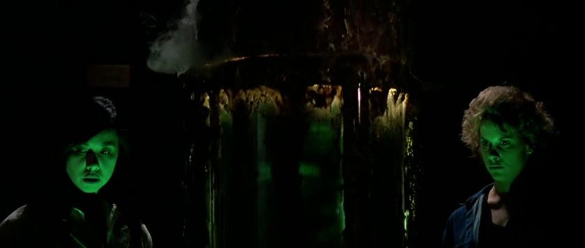 Le-prince-des-ténèbres-deux-femmes-à-coté-d'une-cuve-contenant-une-substance-verte