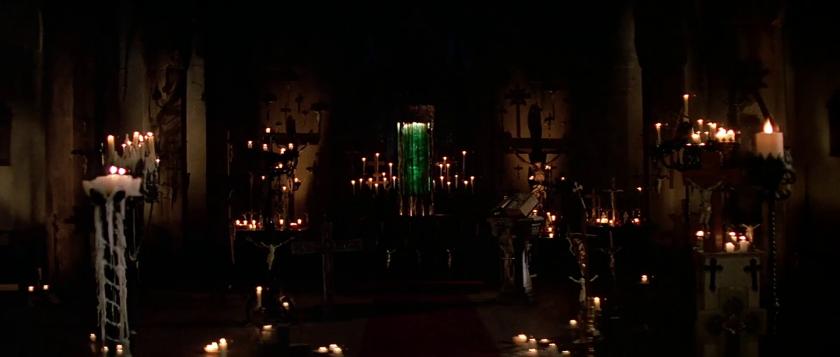 Le-prince-des-ténèbres-liquide-verdatre-vaignant-dans-une-cuve-entourée-de-bougies-et-de-symboles-christiques