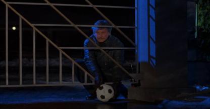 Le_Justicier_L_Ultime_Combat-un-homme-pose-un-ballon-téléguidé-devant-le-portail-d'une-maison