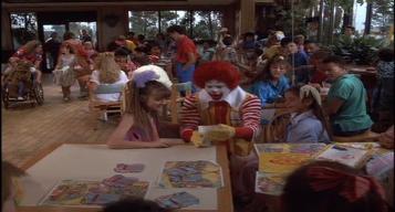 Mac-et-moi-clown-faisant-un-tour-de-magie-à-une-petite-fille-dans-un-fastfood
