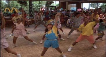 Mac-et-moi-enfants-dansants-dans-un-mcdonald