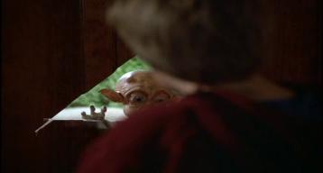 Mac-et-moi-petit-garçon-découvrant-un-alien-sortant-d'un-trou-dans-la-porte-d'entrée